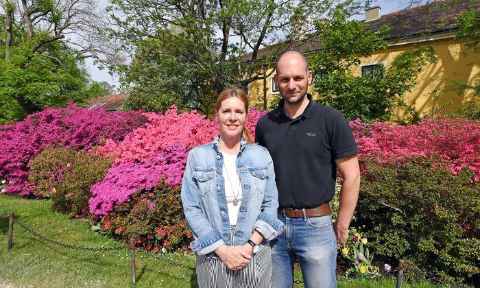 Schönbrunn-Sprecherin Irmgard Poschacher und Daniel Rohrauer, Institutsleiter Botanische Sammlungen der Österreichischen Bundesgärten, vor den Rhododendren.