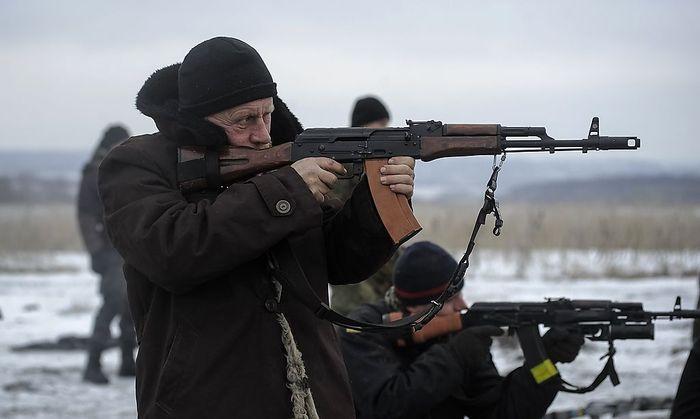 Ukrainische Soldaten üben schießen