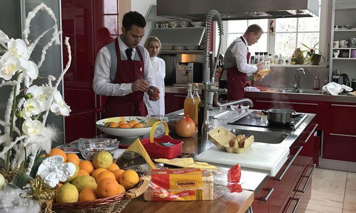 Ein perfektes Frühstück vorzubereiten gehört zu den täglichen Aufgaben, die Butler und Haushälter beherrschen müssen.