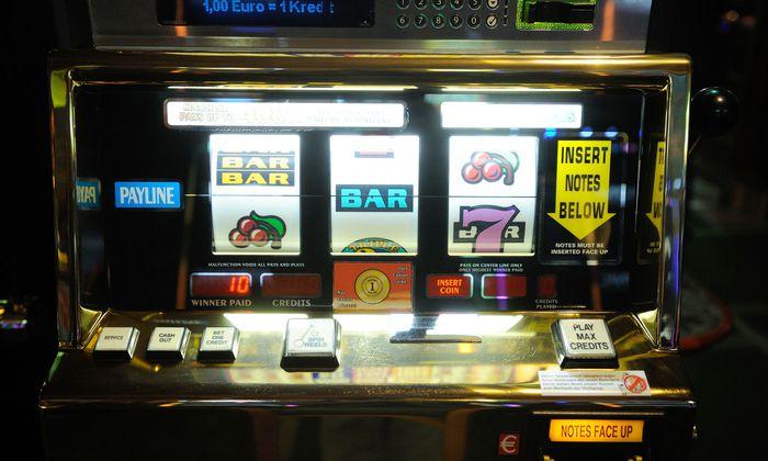 Für Glücksspiele und Wetten benötigte ein Mann Geld. Bereits das dauerhafte Spielen stellte laut den Höchstrichtern aber eine Eheverfehlung dar.