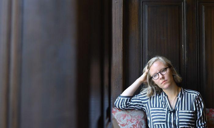 """In """"Das flüssige Land"""" von Raphaela Edelbauer reist Ruth auf den Spuren ihrer Eltern nach Groß-Einland."""