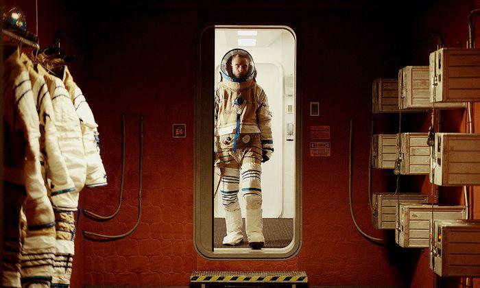 Eine Ästhetik, die gemeinsam mit Künstlern wie ?lafur Elíasson entwickelt wurde: Robert Pattinson in einem der Raumanzüge, die wie aus Jutesäcken genäht wirken.
