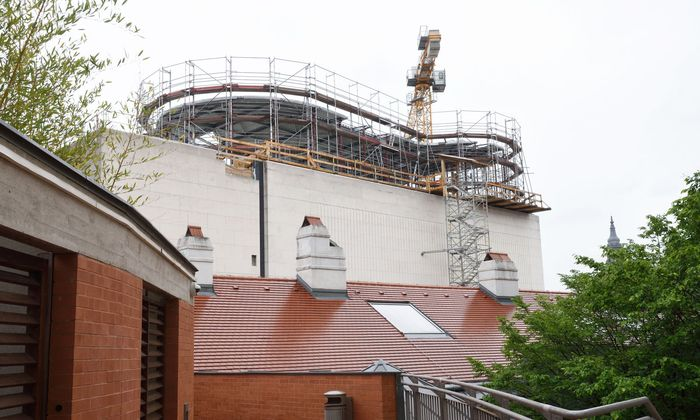 Von den Höfen aus unübersehbar: die Bauarbeiten auf dem Dach des Leopold-Museums im MQ.