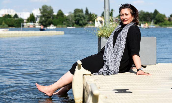 Veronica Kaup-Hasler wählte für das Sommerinterview das Element Wasser – an der Alten Donau.