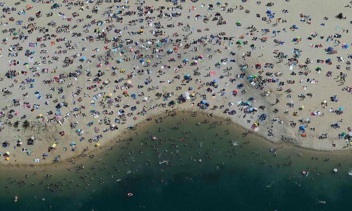 Gedränge am Strand in Haltern am See, Deutschland.