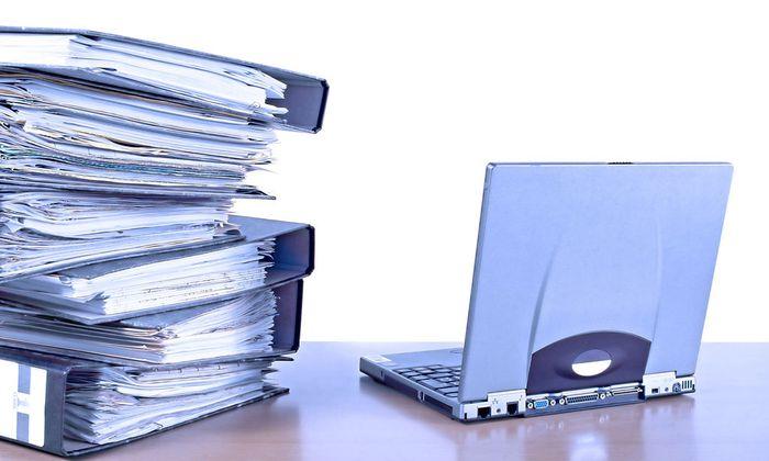 Aktenberg und Notebook