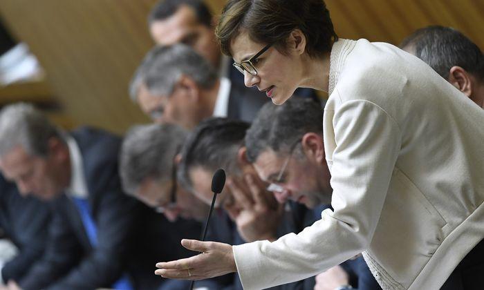 Die Regierung rund um Kanzler Christian Kern und Vizekanzler Reinhold Mitterlehner präsentierten den Abgeordneten die neue Gesundheitsministerin Pamela Rendi-Wagner.