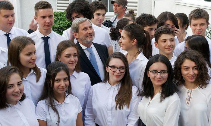 EU-Kommissar Johannes Hahn besuchte die erste Europa-Schule außerhalb der EU in Tiflis, Georgien.