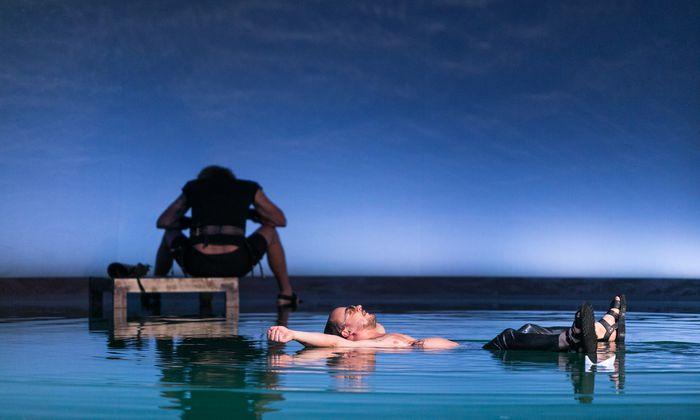 """Ist Odysseus Held – oder weinerlicher Lügner? Hier spielt ihn Sebastian Pass in der Volkstheater-Produktion """"Iphigenie in Aulis/Occident Express""""."""