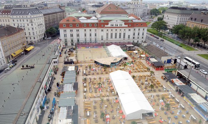 """Sand in the City"" auf dem Heumarkt-Areal."