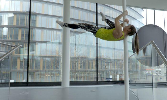 """Aus der Video-Installation """"Körper in Arbeit"""", die Witt u. a. auf dem Erste-Bank-Campus drehte."""