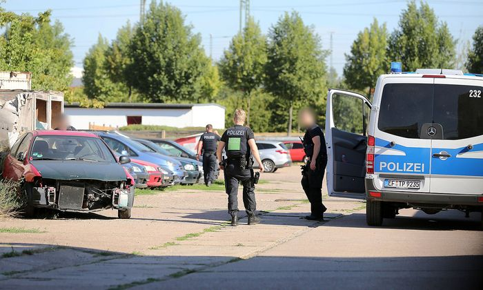 Die Polizei warnt vor dem Messerangreifer.