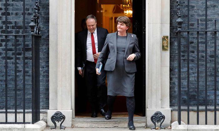 DUP-Vorsitzende Arlene Foster und ihr Stellvertreter Nigel Dodds nach Gesprächen in Downing Street 10.