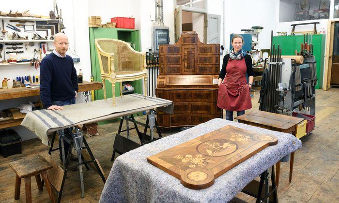 Andrea und Richard Addison in ihrem Atelier nahe dem Wienfluss. Der Tabernakelschreibtisch in ihrer Mitte wartet auf den letzten Schliff.
