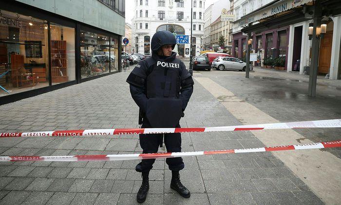 """Um den """"Mafia-Mord"""" - hier ein Polizeibeamter nach dem Vorfall beim Wiener Lugeck - ging es vor Gericht nur am Rande."""