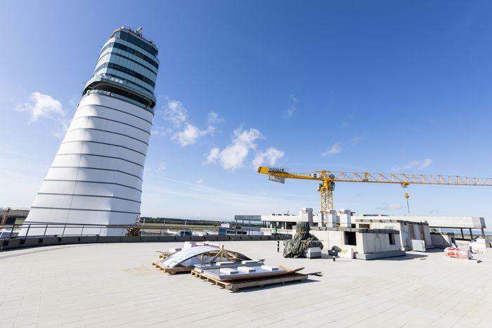 Blick von der Dachterrasse des Office Park 4 am Flughafen-Gelände.