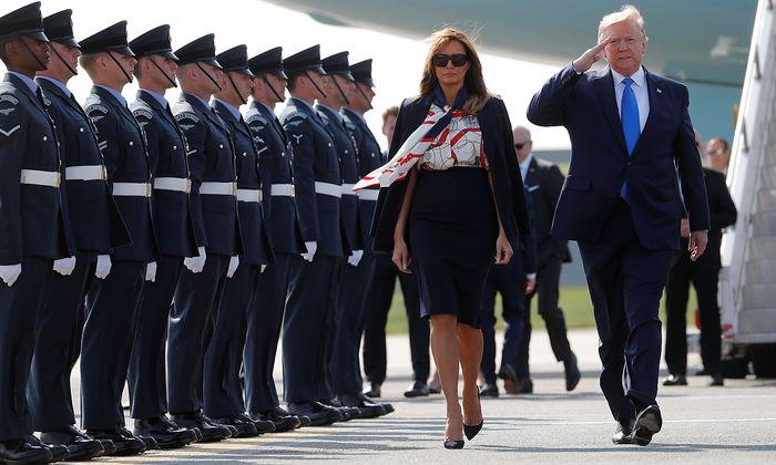 Donald Trump und seine Frau Melania landeten am Londoner Flughafen Stansted.