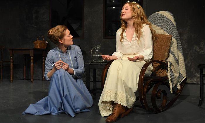 Die brave Marie (Johanna Prosl) und die wilde Katharina (Alina Fritsch), die krank wird.