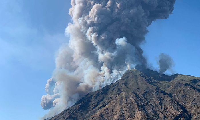 Rauchwolke umhüllt Stromboli.