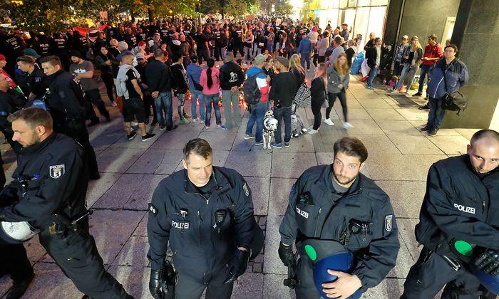 Die Polizei bewacht während des #wirsindmehr-Konzerts den Gedenkort, an dem ein Mann vor mehr als einer Woche in Chemnitz erstochen wurde.
