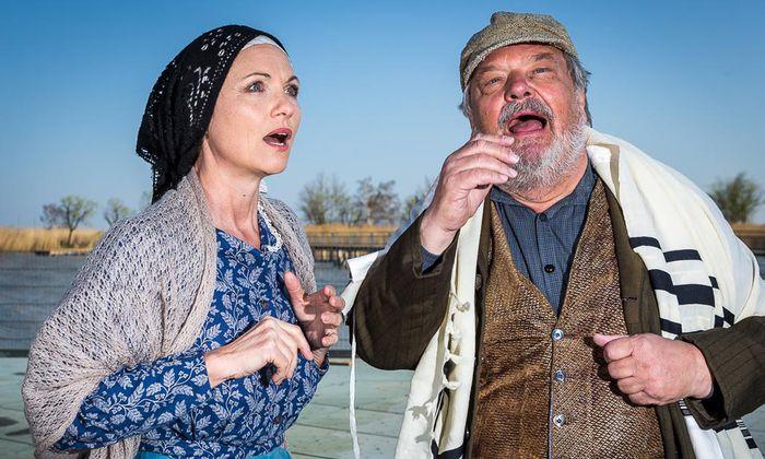 """Mörbisch. Dagmar Schellenberger und Gerhard Ernst in """"Anatevka"""" auf der Seebühne."""