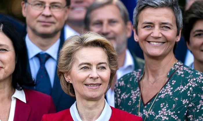 Ursula von der Leyen (Mitte) musste drei Team-Mitglieder noch tauschen.
