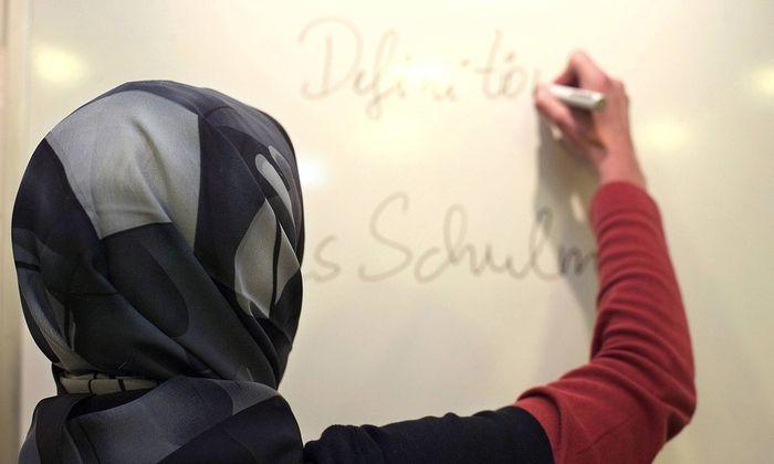 Lehrerin mit Kopftuch in einer deutschen Schule gestelltes Foto Im sogenannten Kopftuchurteil des