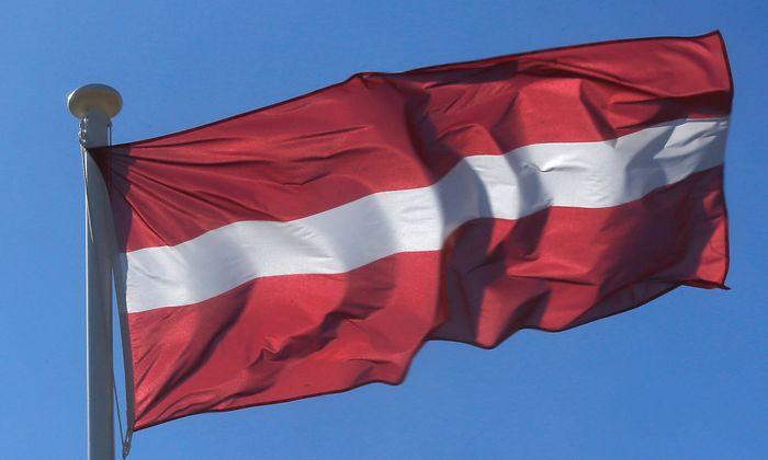 Archivbild der lettischen Flagge. Im Land herrscht Trockenheit.