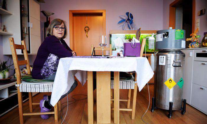 COPD-Patientin Marianne Hofmann braucht externen Sauerstoff zum Überleben.