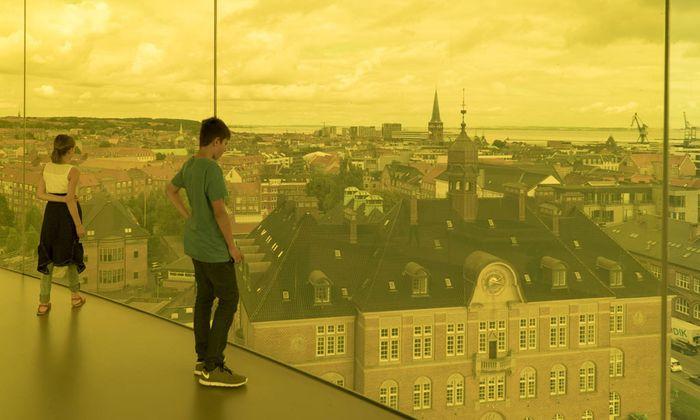 Blick von dem begehbaren Panoramaring auf dem Dach des Kunstmuseums Aros.