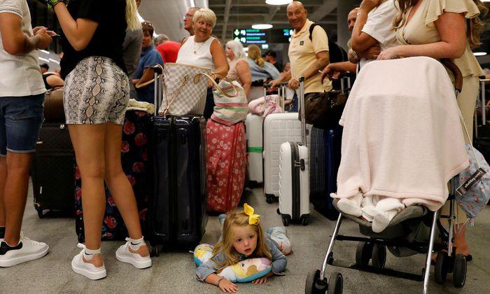 Gestrandete Passagiere nach der Thomas-Cook-Pleite – hier auf dem Flughafen Dalaman (Türkei).