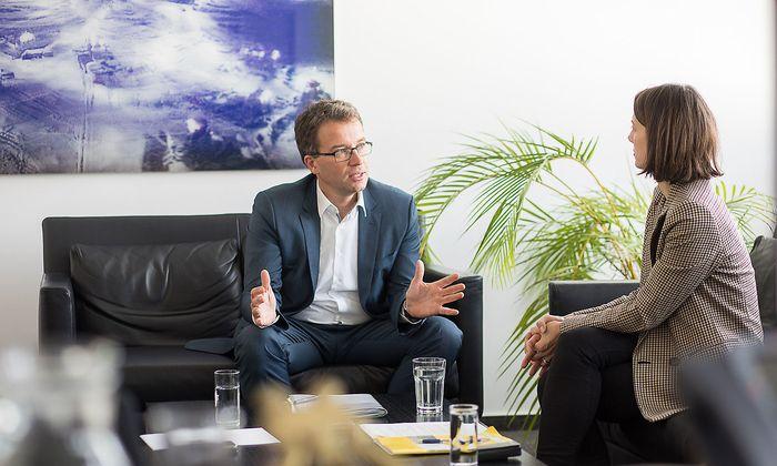 """AMS-Vorstand Johannes Kopf und """"Presse""""-Redakteurin Jeannine Hierländer."""
