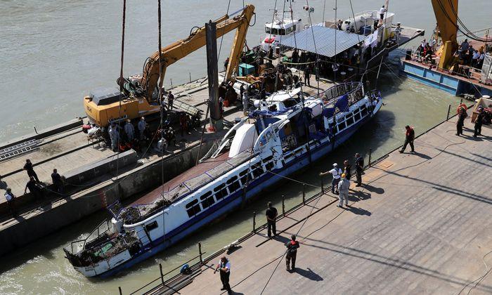 Mit einem Spezialkran wurde das Wrack vom Grund der Donau geholt.