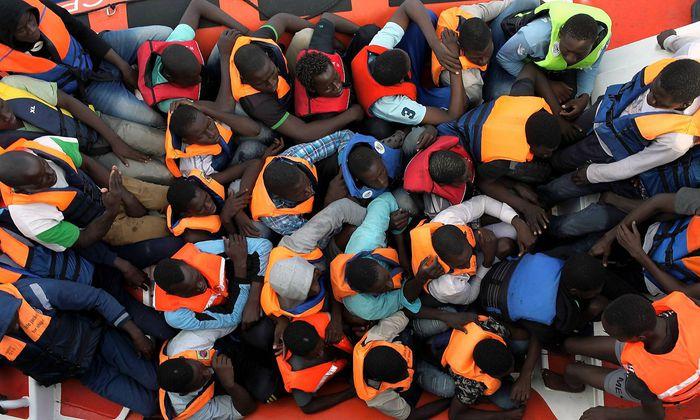 Seenotrettung von Bootsfluechtlingen vor der libyschen Kueste Zivile Seenotrettung von Bootsfluechtling