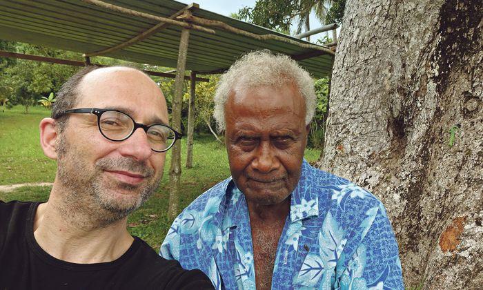 Ansichtssache. Der Autor und der Local: Antonie aus Vanuatu, um keinen Ratschlag verlegen.