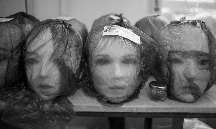 Magd. Amme. Prostituierte. In einer Fabrik für Puppen in Dalian, China.