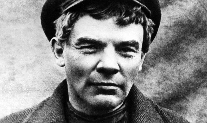 Lenin 1917 in Finnland. Verkleidet (wie hier mit Perücke) war er dann auch bei der Revolution.