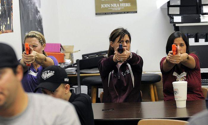 Eine Gruppe Lehrerinnen übt den Umgang mit der Waffe bei einem Training der NRA in Florida.