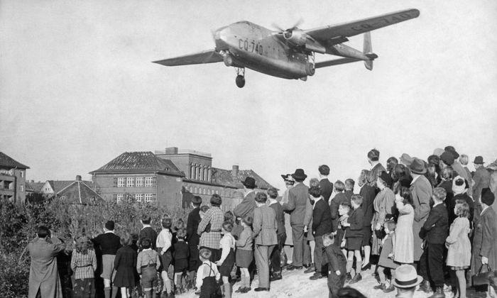 Rosinenbomber im Anflug: Ein knappes Jahr lang, vom 24. Juni 1948 bis zum 12. Mai 1949, wurde das hungernde Westberlin ausschließlich aus der Luft versorgt. Die Piloten hatten übrigens nur einen Landeversuch. Scheiterte er, mussten sie samt Fracht umkehren.