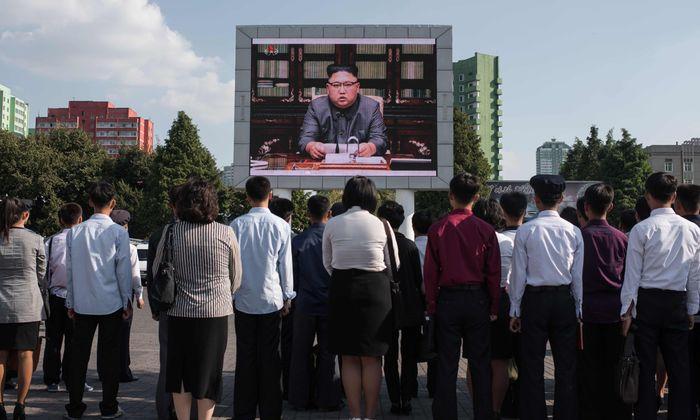 Bizarrer Auftritt in Pjöngjang. Bewohner der nordkoreanischen Hauptstadt verfolgen die Fernsehrede von Diktator Kim Jong-un