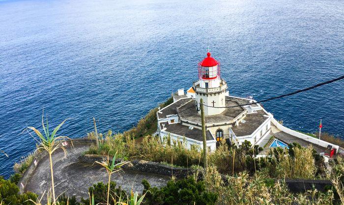 Wurden einst für ein mögliches Atlantis gehalten, sind aber sehr heutig: Auf der Hauptinsel der Azoren gibt es Graffiti und moderne Ruinen, ausgesetzte Leuchttürme und heilige Wegweiser. Und dazwischen viel satte, grüne, wilde Landschaft.