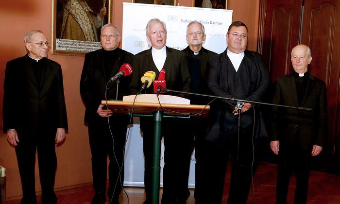Kärntner Spitzenkleriker (am Pult Diözesanadministrator Engelbert Guggenberger) am Dienstag bei der Erklärung über ihren früheren Bischof Alois Schwarz.