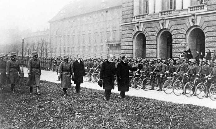 Hofburg – keine musealisierte Insel: Feier zum Nationalfeiertag am 12. November, vermutlich 1920.