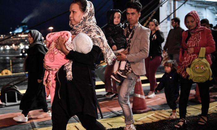Migranten kommen Anfang Oktober auf der griechischen Insel Lesbos von einer Fähre.