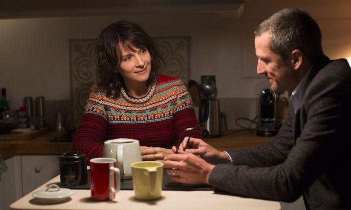 Selena (Juliette Binoche) und ihr Mann (Guillaume Canet) spielen heile Welt.