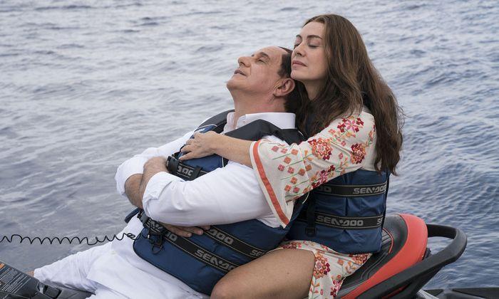 Berlusconi (Toni Servillo) in den Armen seiner zweiten Frau (Elena Sofia Ricci) – nein, die Ehe ist nicht mehr in Ordnung, das möchte er nur gern glauben. nur gern glauben.