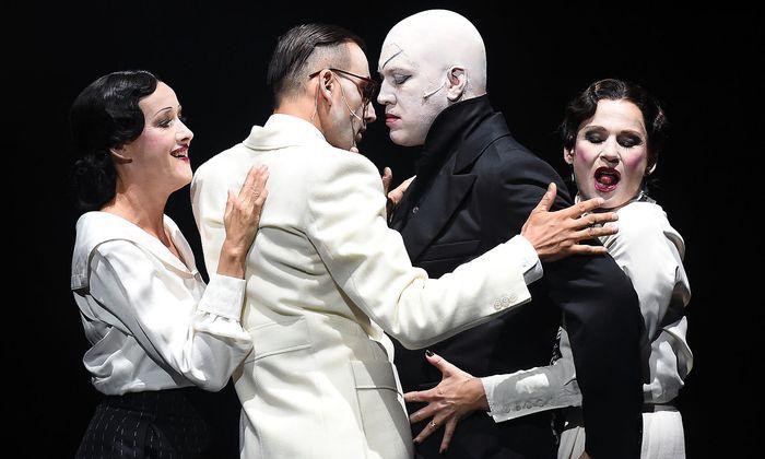 """Ein Quartett tanzt in Klaus Manns """"Mephisto"""" auf dem Vulkan (von links): Sabine Haupt, Fabian Krüger, Nicholas Ofczarek und Dörte Lyssewski."""