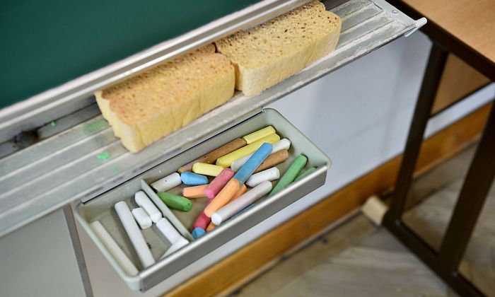 Symboldbild Schule: Tafel, Schwamm, Kreide