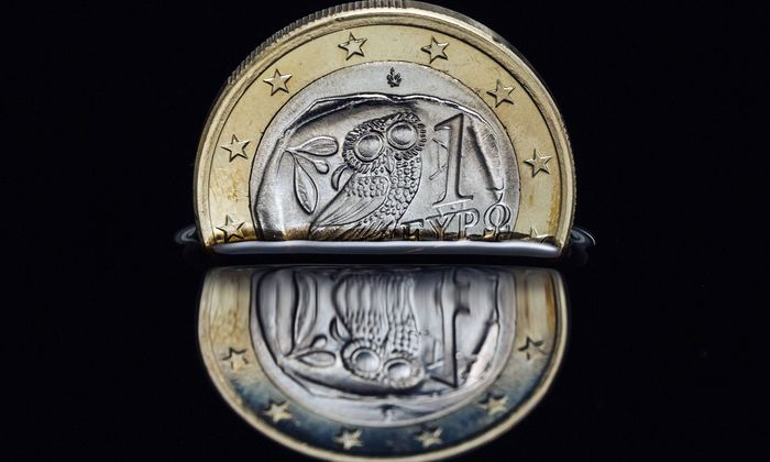 Griechische Euro M�nze versinkt in schwarzer Fl�ssigkeit Foto xC xHardtx xFuturexImage