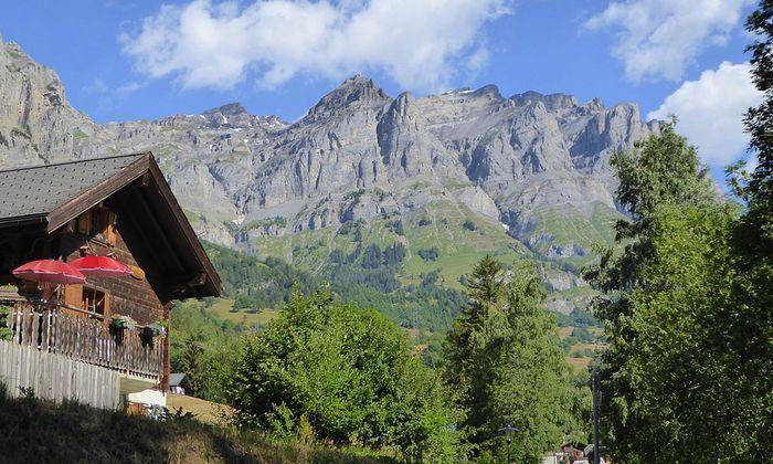 Hochgebirgskulisse umgibt den traditionellen Walliser Kurort.